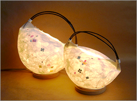 和紙照明のあたたかな光。手作り体験をやっています。