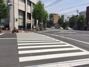 この交交差点信号を渡る 手はげる?