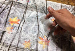 竹の穂や枝、和紙を使いあかりをつくります