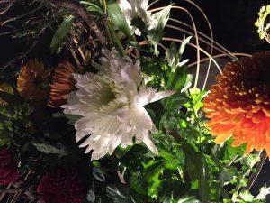 随所に置かれた生花作品も見所の一つ。